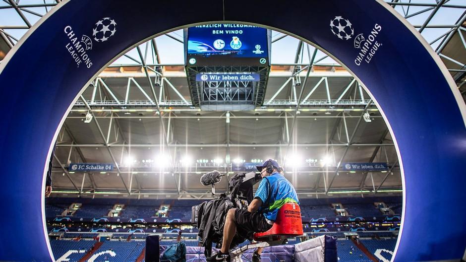 Ein Sky-Kameramann bei einem Champions-League-Spiel