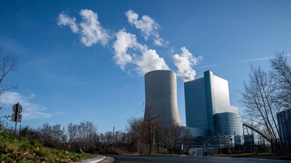 Nordrhein-Westfalen, Datteln: Rauch steigt aus dem Uniper-Kraftwerk Datteln 4. Das umstrittene Steinkohlekraftwerk in Nordrhein-Westfalen soll nach den Beschlüssen der Kohlekommission ans Netz gehen.