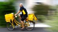 Ein Briefträger unterwegs in Hanau