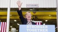Hillary Clinton am Ende ihrer Rede in Warren im amerikanischen Bundesstaat Michigan.