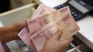 Wie aus dem Lehrbuch: Die türkische Lira gibt nach.