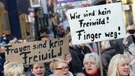 """""""Nein heißt nein"""": Frauen in Hamburg demonstrieren gegen Sexismus und Gewalt gegen Frauen."""