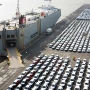 Autos stehen im Hafen von Emden zur Verschiffung bereit.
