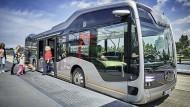 """""""Wir brauchen die Fahrer noch, aber ihr Arbeitsplatz wird attraktiver"""", verspricht Wolfgang Bernhard, der Leiter der Nutzfahrzeugsparte der Daimler AG."""
