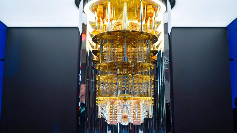 """Quantencomputer ähneln am ehesten elaborierten Kronleutern: Ein """"Q System One"""" von IBM steht auf dem Messestand des Unternehmens auf der CES."""
