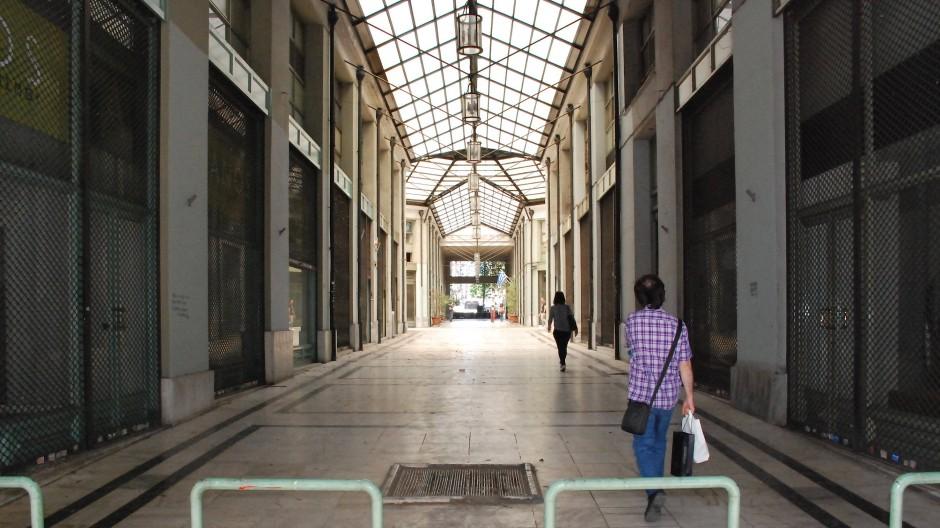 Die Einkaufspassage Stoa Arsakiou: Nur 2 von 20 Geschäften hier haben die Krise überlebt.