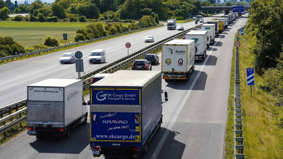 Lastwagen und Autos auf der Autobahn 6 bei Hockenheim in Richtung Speyer
