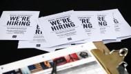 Job gefällig? Auch im März ist die amerikanische Arbeitslosenquote weiter gesunken - allerdings schwächer als erwartet.