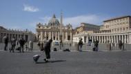 Leer gefegter Petersplatz in Rom: In Italien hält die Debatte um EU-Hilfen in der Krise weiter an.