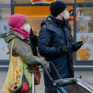Ein Paar mit FFP-Masken an der Konstabler Wache in Frankfurt.