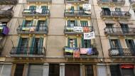 Bereits 2015 protestieren Bewohner in Barcelona gegen die Nutzung des privaten Wohnraums als Ferienwohnung für Touristen – damals wollten die Anwohner in Spanien ihre Nachbarschaften schützen, heute ist es die Politik, die durchgreifen will.