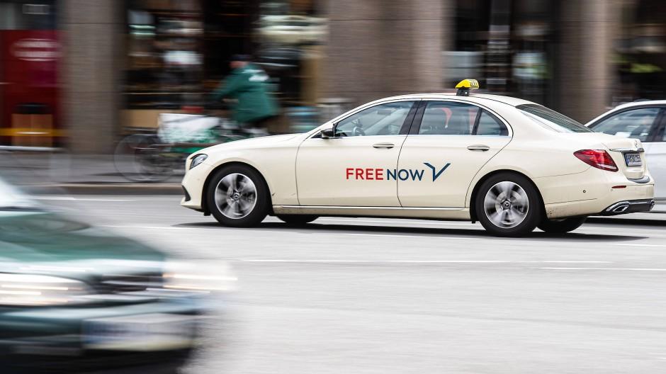 Vor einer Reform mit Chancen und Risiken: Taxi mit Free-Now-Schriftzug