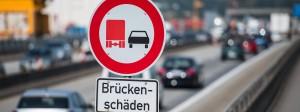 Auf der Schiersteiner Brücke zwischen Mainz und Wiesbaden herrscht Überholverbot für Lastwagen – weil die Brücke marode ist.