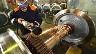 Mechaniker in einer Eisenbahnradwerkstatt