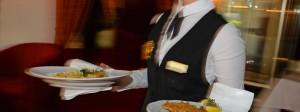 Wer in der Gastronomie für den Mindestlohn arbeitet, bekommt ab 2017 mehr Geld.