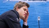 Was ist los mit dem Weltmeister: Im niederländischen Wijk aan Zee lässt er große Chancen aus, gleich zwei Mal hintereinander.