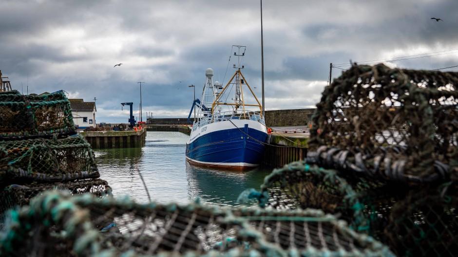 Britische Fischerboote dürfen vom 2. November an nicht mehr an bestimmten französischen Häfen anlegen.