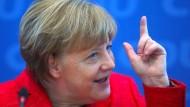 Angela Merkel zeigt es an: Geht es nach ihr, soll es für die Union in den Umfragen nach oben gehen.