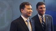 Mailands langjähriger Kapitän Javier Zanetti (r) mit Suning-Chef Zhang Jindong am Morgen bei einer Pressekonferenz in Nanjing.