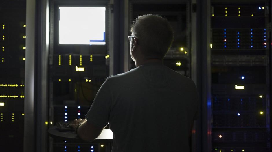 Ein Informatiker kontrolliert einen Server.
