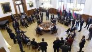 An einem Tisch, aber längst nicht immer einer Meinung: Konferenz der Visegrád-Gruppe (Polen, Ungarn, Tschechische und Slowakische Republik) Mitte Oktober