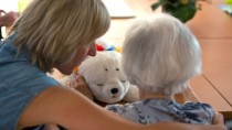 Rund 2,8 Millionen Pflegebedürftige in Deutschland werden zum 1. Januar in ein neues Begutachtungssystem übergeleitet.