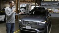 Ubers-Chef für autonomes Fahren, Anthony Levandowski und einer seiner Versuchswagen, der jetzt erst mal zum Dauerparker wird.