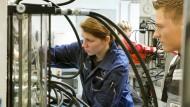 Die deutsche Wirtschaft sucht viele neue Fachkräfte.