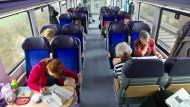 """Reisen im Regionalzug - bald nicht mehr mit dem """"Schönes-Wochenende-Ticket"""". Die Deutsche Bahn beendet ihr Angebot nach rund 24 Jahren."""