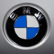 Das Logo des Münchner Unternehmens BMW: In Amerika werden mehr als 300.000 Autos des Herstellers wegen fehlerhafter Airbags zurückgerufen.