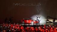 Wie ein Rockstar: Tesla-Chef Elon Musk stellt das neue Model 3 vor.