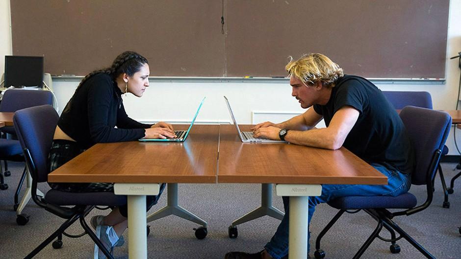 Zwei Studenten der San Francisco State University zeigen die extra krumme Haltung.