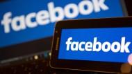 """Der Facebook-Vorstandsvorsitzende Mark Zuckerberg wies zunächst jegliche Verantwortung von sich und sagte, es sei eine """"ziemlich verrückte Idee"""", zu glauben, Falschmeldungen auf Facebook hätten das Wahlergebnis in irgendeiner Form beeinflusst."""