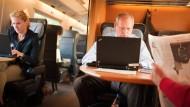 Guck mal, wer da tippt: Im Zug lässt sich oft leicht ein Blick auf den Bildschirm des Nachbarn erhaschen.