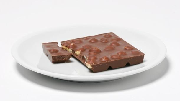 Ernährung - Sachaufnahme Teller mit Schokolade und Teller mit Möhren