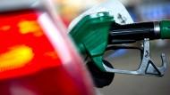 Viele Autofahrer schimpfen über die Spritpreise, viele achten aber nicht auf günstige Angebote.