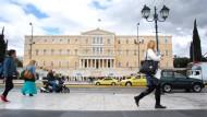 Das griechische Parlament hat am Sonntagabend  Rentenkürzungen und Erhöhungen der  Einkommensteuer gebilligt.