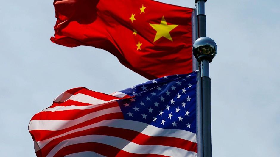 Die chinesische und amerikanische Flagge: Droht die nächste Stufe eines Handelskriegs der beiden Wirtschaftsmächte? Hongkong bietet neuen Zündstoff.