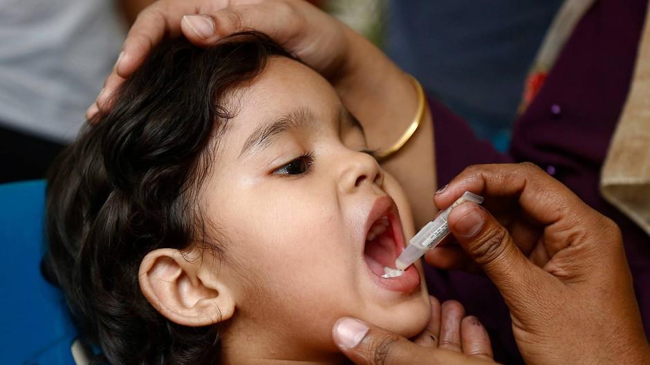 Durch das Gavi-Programm erhalten Millionen Menschen auf der Welt Impfschutz, wie zum Beispiel dieses Mädchen in Bangladesch gegen Cholera.