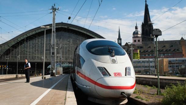 ICE - Die Intercity Express Hochgeschwindigkeitszüge der Bahn fahren mit bis zu 300 km/h  seit 20 Jahren durch Deutschland.
