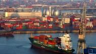 Zubringer-Containerschiff im Hamburger Hafen: Der Konjunkturmotor brummt