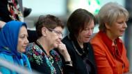 Rita Süssmuth (2.v.l.) verfolgte am 6. März von der Besuchertribüne aus die Sitzung des Bundestages, auf der dieser eine Frauenquote von 30 Prozent in Aufsichtsräten von Großunternehmen beschloss.