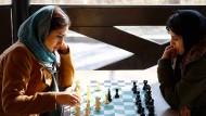 Nur Gesicht und Hände der Spielerinnen dürfen zu sehen sein, die Haare müssen weitgehend unter einem Tuch verschwinden.