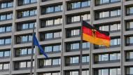In Deutschland gibt es dieses Jahr keine Inflation, sagen die Forscher der Bundesbank nun - und korrigieren sich damit deutlich.