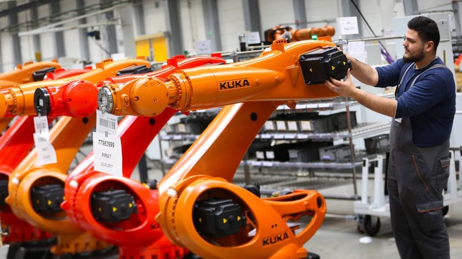 In der Produktion am Kuka-Firmensitz in Augsburg werden Roboter montiert.