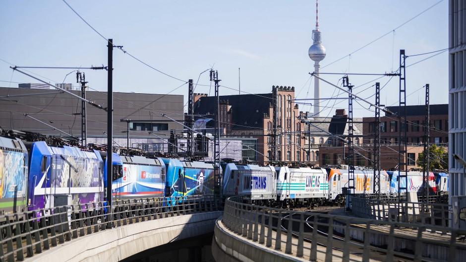 Der Lokzug des Netzwerks Europäischer Eisenbahnen fährt bei einer Protestfahrt aus dem Berliner Hauptbahnhof