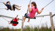 Schaukeln ist immerhin kostenlos: Kinder auf einem Spielplatz in Frankfurt