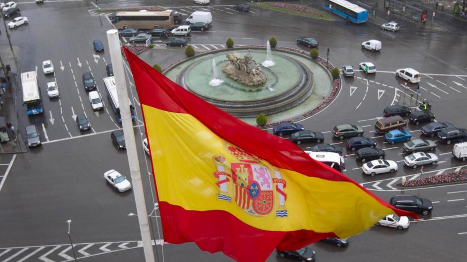 Die spanische Flagge weht über der Plaza de Cibeles in Madrid