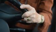 Mobilität im Alter - Autofahren ist auch im Alter von 84 Jahren noch möglich, zeigt diese Frau.