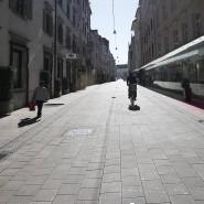 Die Einkaufsstraße der österreichischen Stadt Graz ist fast menschenleer.